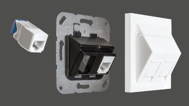 Jung lanza una gama completa de adaptadores para las tomas modulares en pared