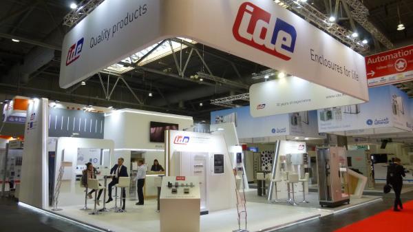 IDE presentó las últimas novedades de armarios eléctricos industriales en Hannover Messe