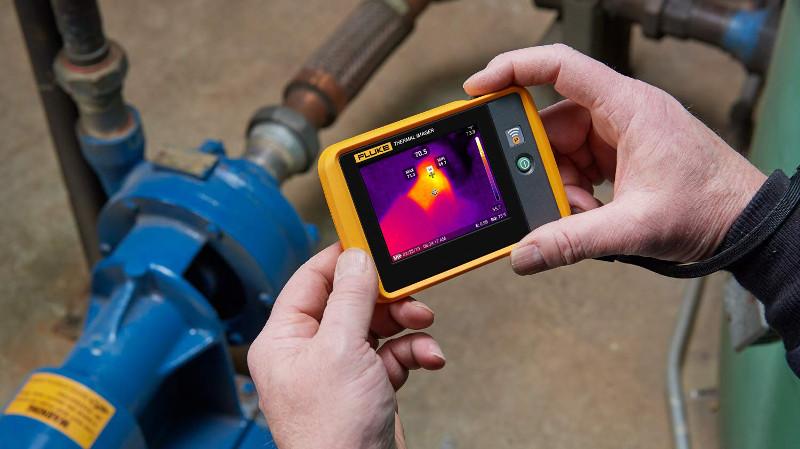 La cámara termográfica de bolsillo Fluke PTi120 destaca por su sencillez en las inspecciones eléctricas